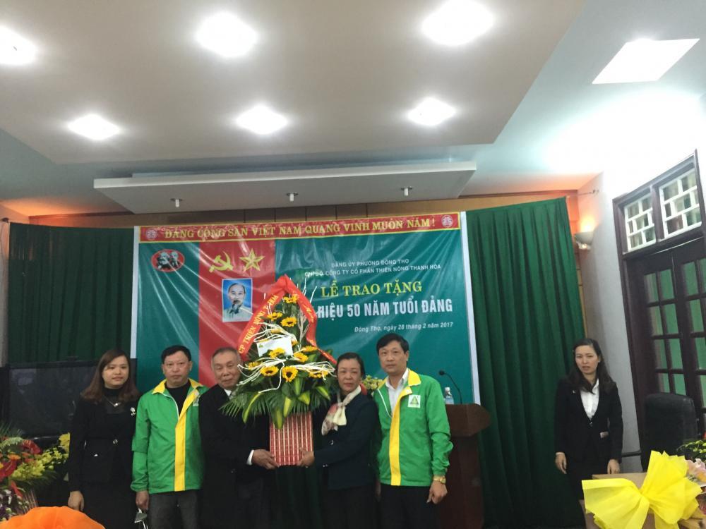 """Chi bộ Công ty Cổ phần Thiên Nông Thanh Hóa tổ chức chúc mừng """"Lễ trao tặng huy hiệu 50 năm tuổi Đảng cho đồng chí Lê Đức Trước""""."""